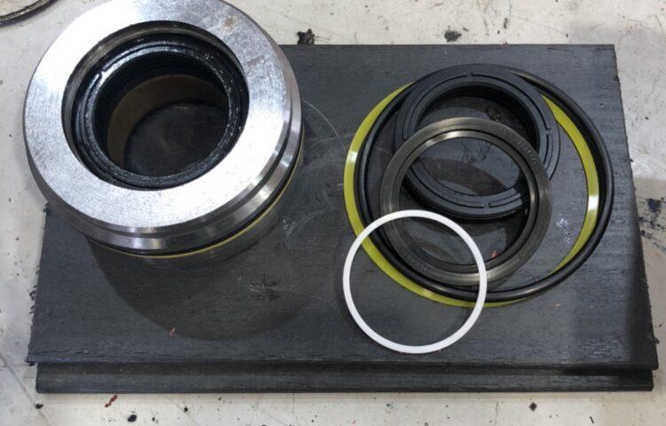 ファイターアームロールの油圧シリンダーシール交換